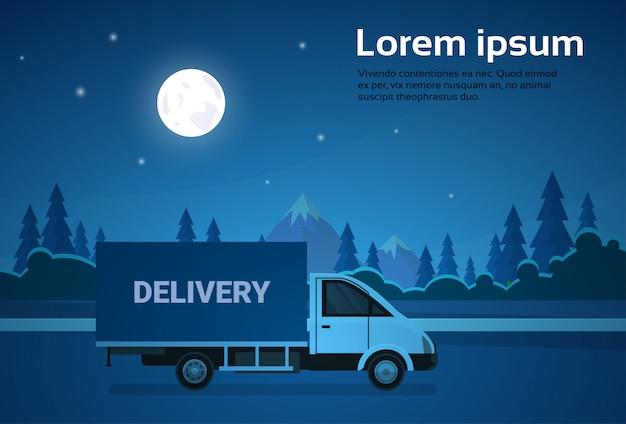 Ladingsvrachtwagenbestelwagen op weg bij nacht met bergen achtergrondverzending en leveringsconcept