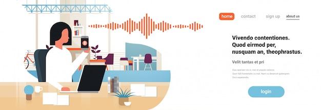 Landingspagina of websjabloon met illustratie, smartphone met stem persoonlijke assistentherkenning, thema geavanceerde technologie