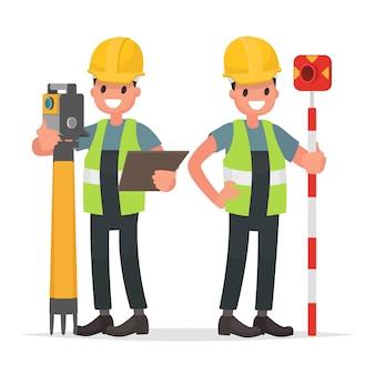 Landmeter en zijn assistent om met de apparatuur te werken