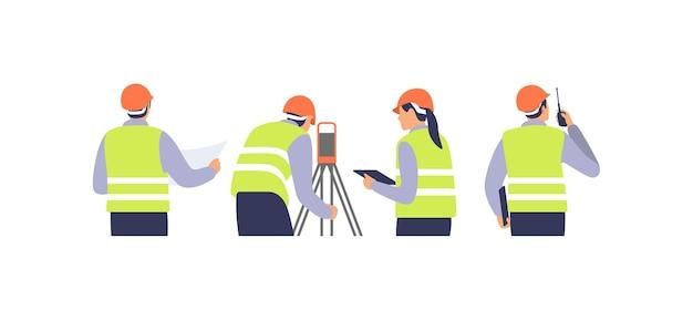 Landmeter-ingenieurs met apparatuurtheodoliet of totaalpositioneringsstation op de bouwplaats