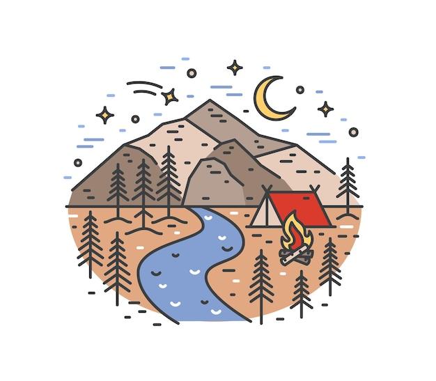 Landschap met tent en kampvuur in bos op rivieroever tegen prachtige bergen en nachtelijke hemel