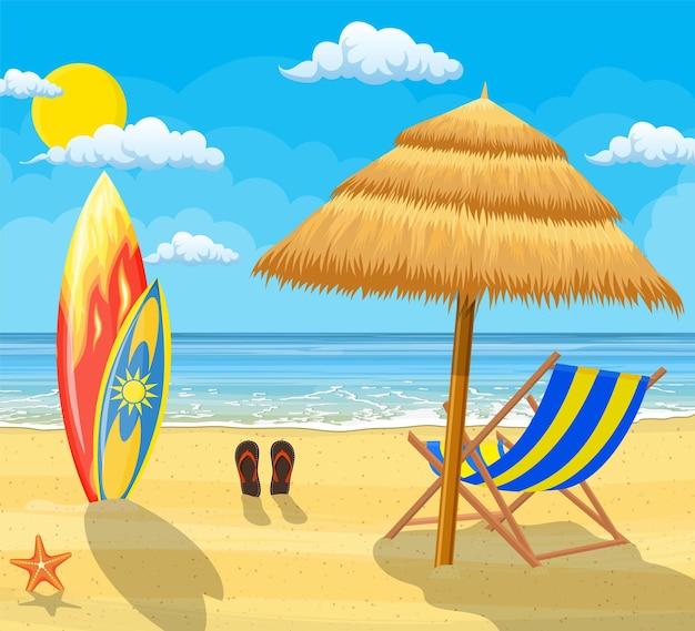 Landschap van houten chaise longue, paraplu, slippers op het strand. zee en zandstrand.