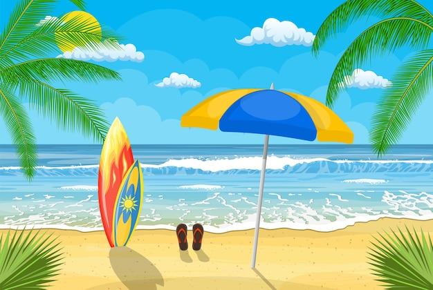 Landschap van houten chaise longue, paraplu, slippers op het strand
