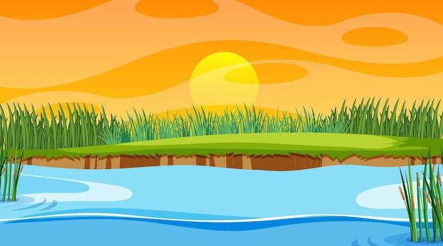 Landschapsscène van bos met rivier en de zon die ondergaat