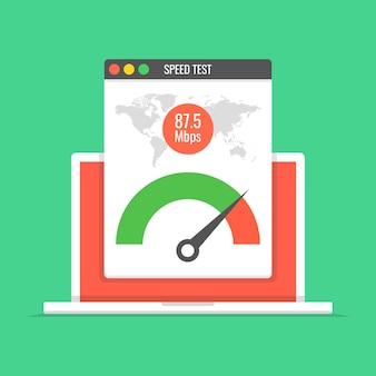 Laptop met snelheidstest op het scherm