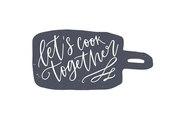 Laten we samen koken zin handgeschreven op snijplank