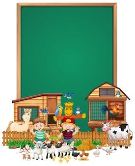 Leeg bord met dierenboerderij set geïsoleerd