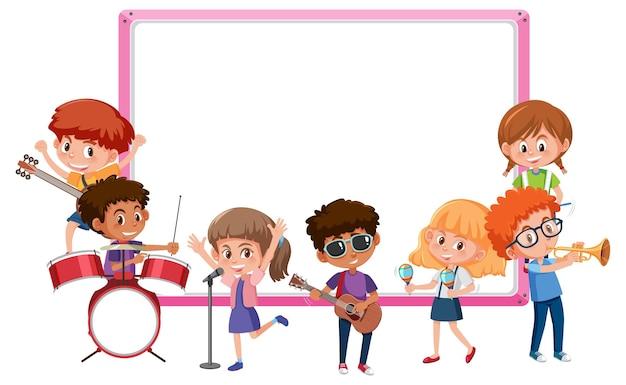 Leeg bord met kinderen die verschillende muziekinstrumenten bespelen