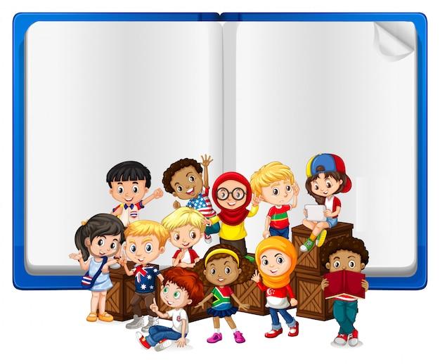 Leeg bord met kinderen en boek