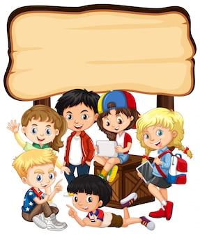 Leeg bord met kinderen en tablet