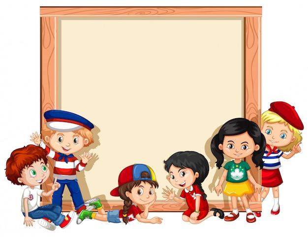 Leeg bord met kinderen handen zwaaien