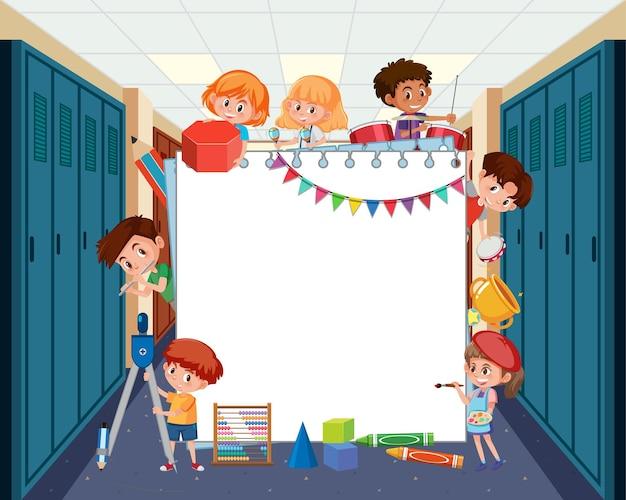 Leeg bord met studentenkinderen die verschillende activiteiten doen