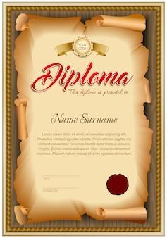 Leeg diplomamalplaatje van verdraaid oud document op houten achtergrond.