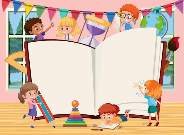 Leeg geopend boek met tekenfilm voor schoolkinderen