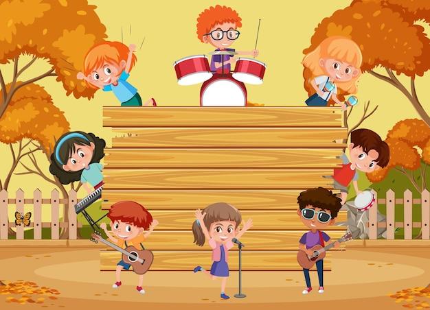 Leeg houten bord met kinderen die verschillende muziekinstrumenten bespelen