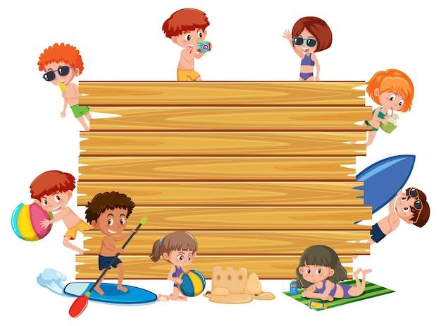 Leeg houten bord met kinderen in zomerstrandthema