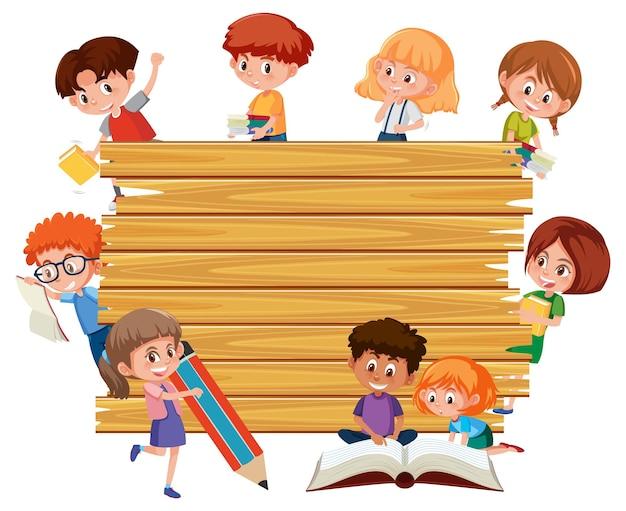 Leeg houten bord met tekenfilm voor schoolkinderen