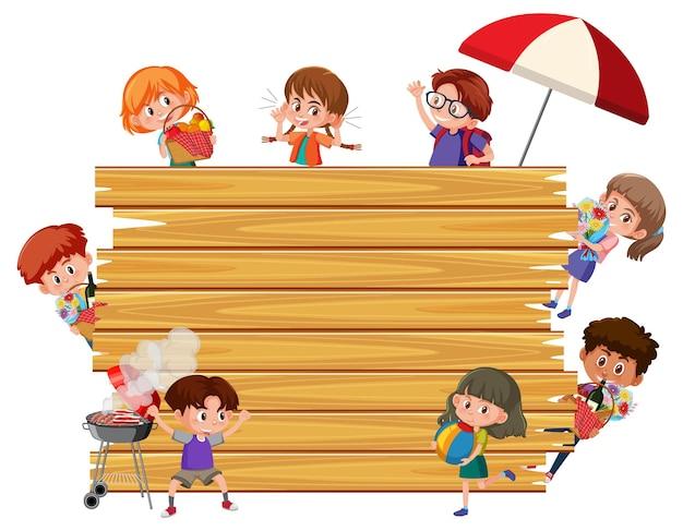 Leeg houten bord met veel stripfiguur voor kinderen