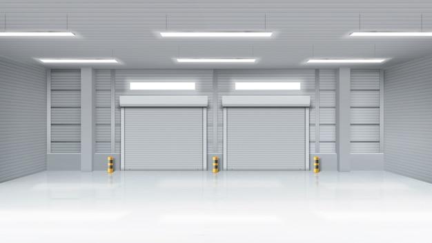 Leeg magazijn interieur met shatter roll poorten
