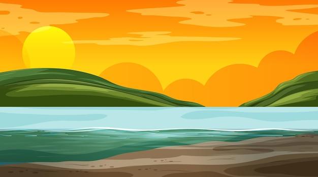 Leeg natuurlandschap bij zonsondergangtijdscène met bergachtergrond