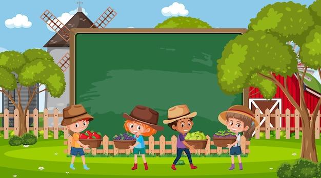 Leeg schoolbord met boerenkinderen op de boerderij