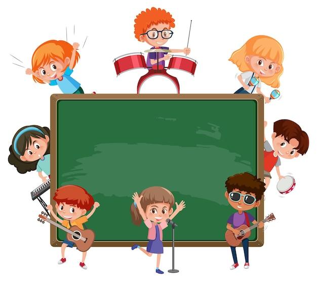 Leeg schoolbord met kinderen die verschillende muziekinstrumenten bespelen