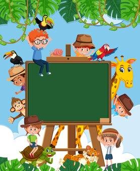 Leeg schoolbord met kinderen en dierentuindieren