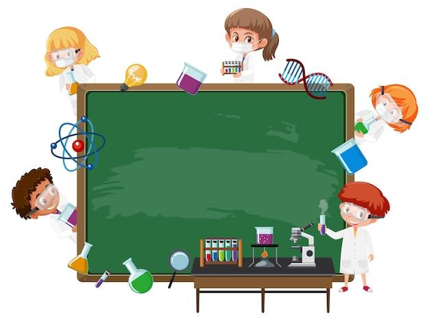 Leeg schoolbord met kinderen in wetenschapperthema