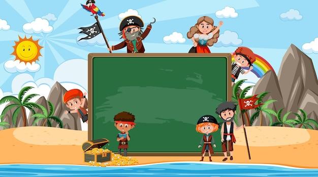 Leeg schoolbord met veel stripfiguur voor piratenkinderen op het strand