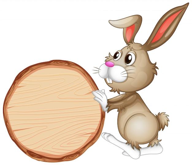 Leeg tekenmalplaatje met bruin konijntje op witte achtergrond