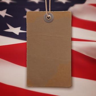 Leeg, vintage, realistisch prijskaartje op de achtergrond van de amerikaanse vlag.
