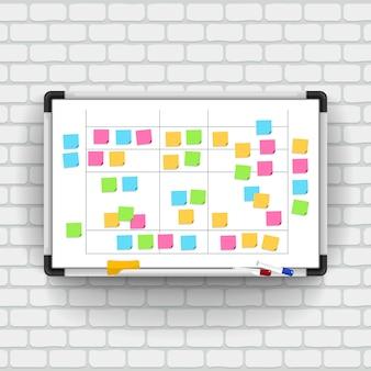 Leeg whiteboard met markeerstiften en notitiepapier.