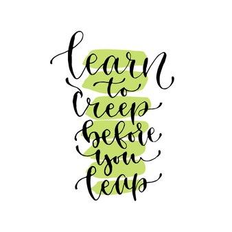 Leer kruipen voordat je springt - handgeschreven vectorzin. moderne kalligrafische print voor kaarten, poster of t-shirt.