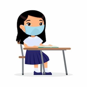 Leerling bij les met beschermend masker op zijn geplaatste gezichts vlakke vectorillustraties. aziatische schoolmeisje zit in een schoolklas aan haar bureau. coronavirusbescherming, allergieënconcept.