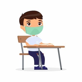 Leerling bij les met beschermend masker op zijn gezicht. schooljongen zit in een schoolklas aan zijn bureau. virus bescherming concept.