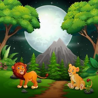 Leeuwbeeldverhaal die op de wildernisachtergrond brullen