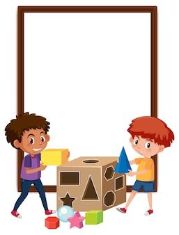Lege banner met twee kinderen spelen met vormelementen