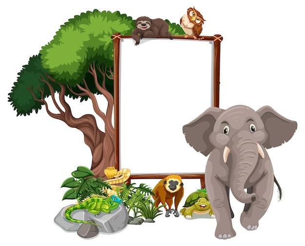 Lege banner met wilde dieren en regenwoudbomen op wit