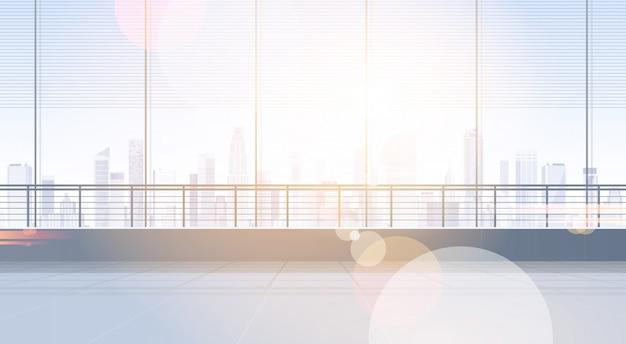 Lege bureauruimte studio die het binnenlandse venster van onroerende goederen met moderne het exemplaarruimte van het stadslandschap bouwen