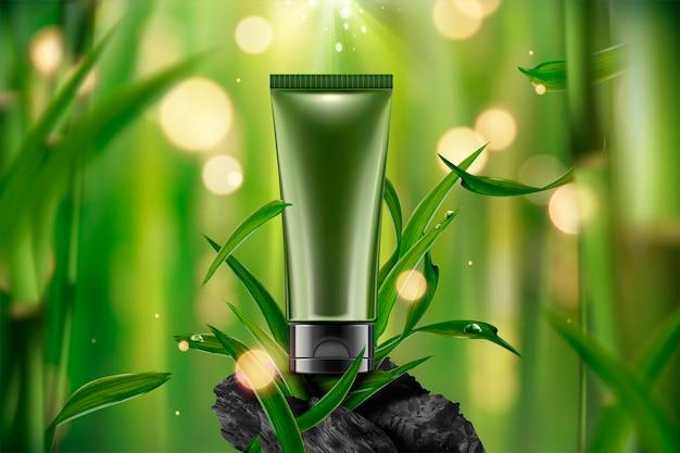Lege cosmetische plastic buis op rustige bamboebosscène met bladeren en koolstof