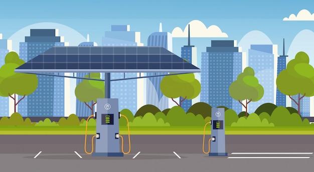 Lege elektrische laadstation met zonnepaneel hernieuwbare milieuvriendelijke transportomgeving zorgconcept moderne stadsgezicht achtergrond horizontaal