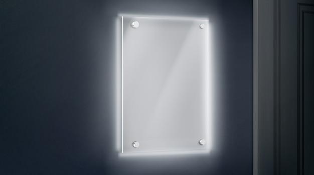 Lege glazen methacrylaatplaat vastgebout aan muur nabij deuropening