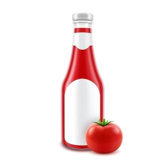 Lege glazen rode tomatenketchup fles voor branding met label en verse tomaat geïsoleerd op een witte achtergrond