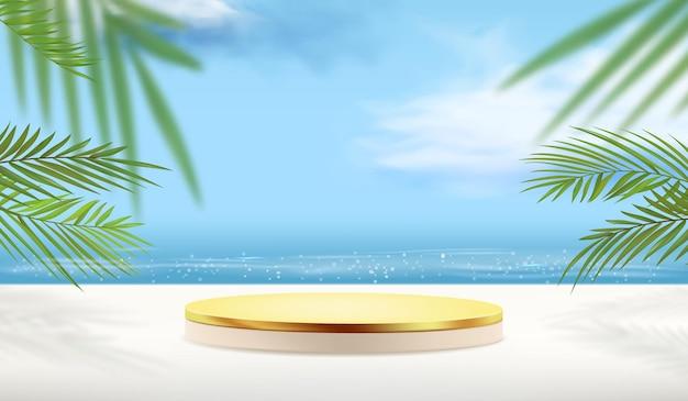 Lege gouden sokkel met tropische planten voor productweergave met oceaanachtergrond.