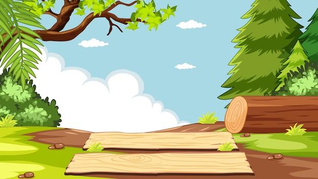 Lege hemel in de scène van het natuurpark met hout
