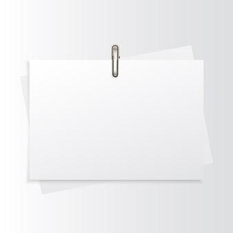 Lege horizontale papier realistische mock-up met gouden paperclip