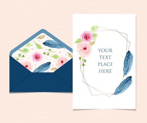 Lege kaart en envelop met bloemen en veerachtergrond