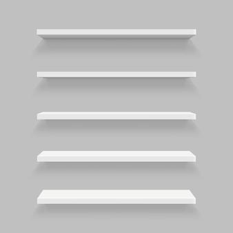 Lege planken die op muur worden geplaatst die op achtergrond wordt geïsoleerd.