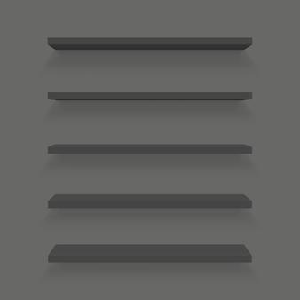 Lege planken ingesteld op geïsoleerde muur