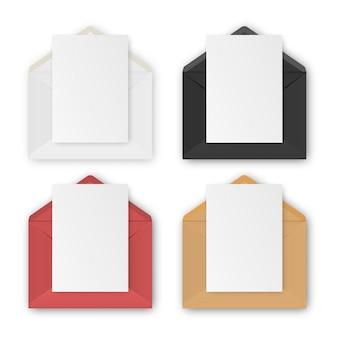 Lege realistische enveloppen met papier op witte achtergrond, instellen.